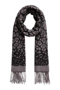 Pieces sjaal panter print grijs €19,99